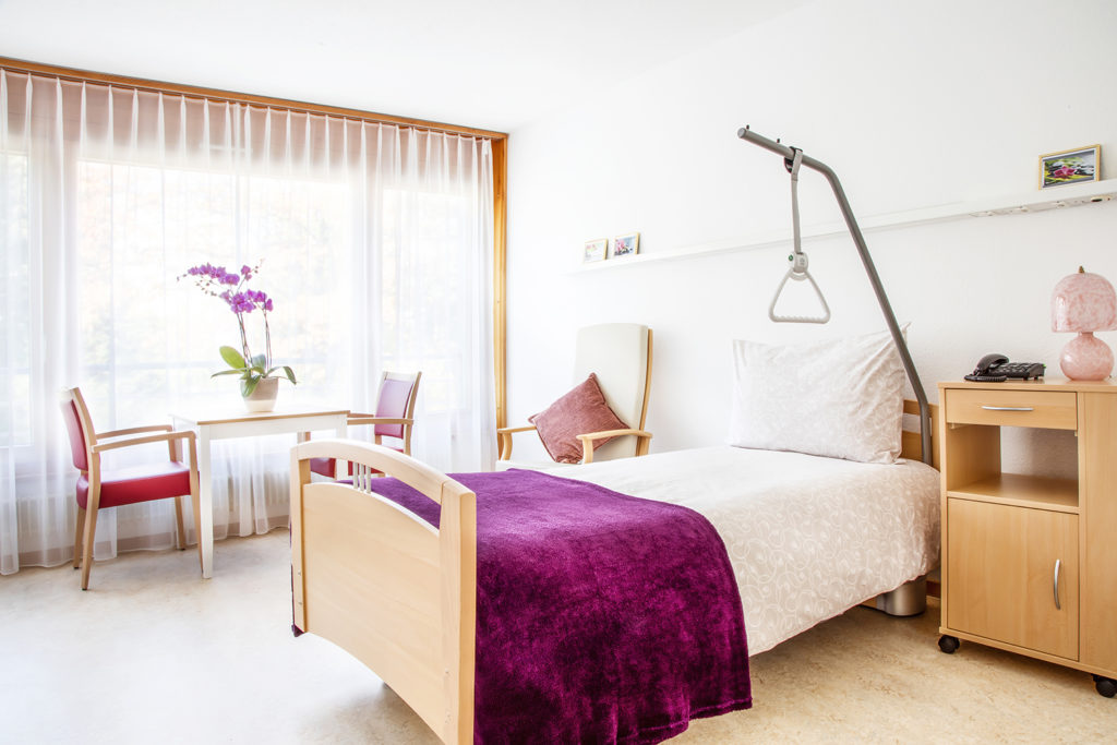 Chambre confortable et équipée à L'EMS du Petit Saconnex Genève. Vue sur la parc