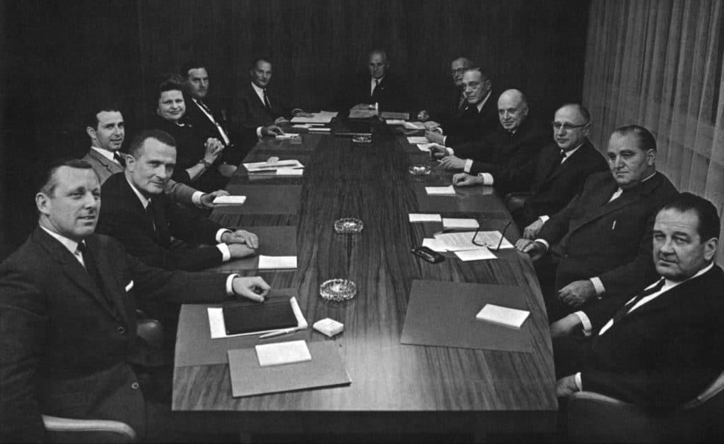 Lise Girardin siégeant au sein de la commission administrative en 1966